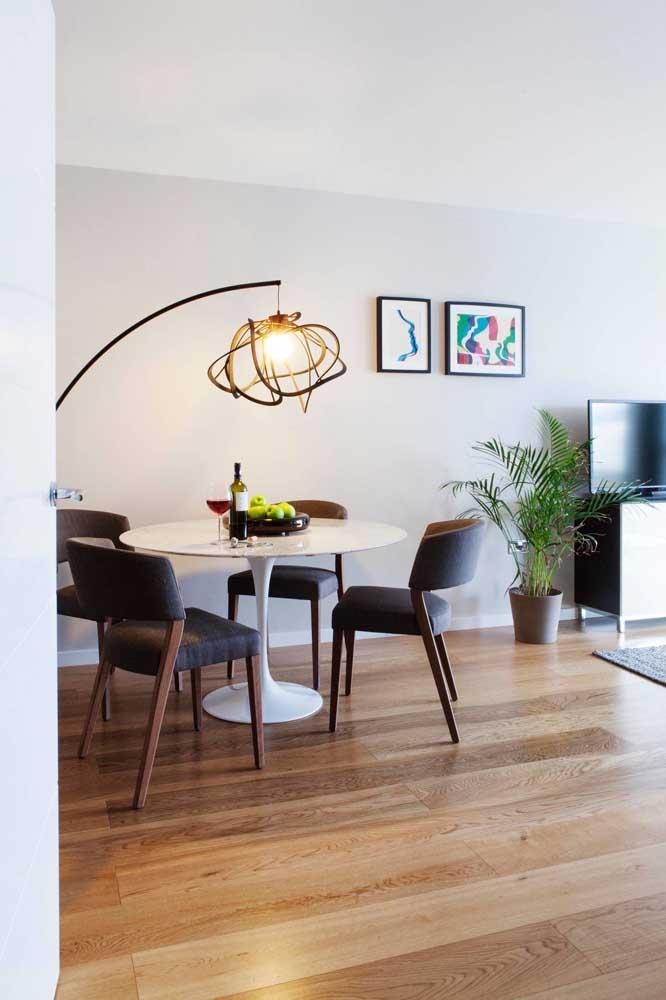 A sala de jantar moderna trocou, sem hesitar, a tradicional luminária de teto por um abajur de chão