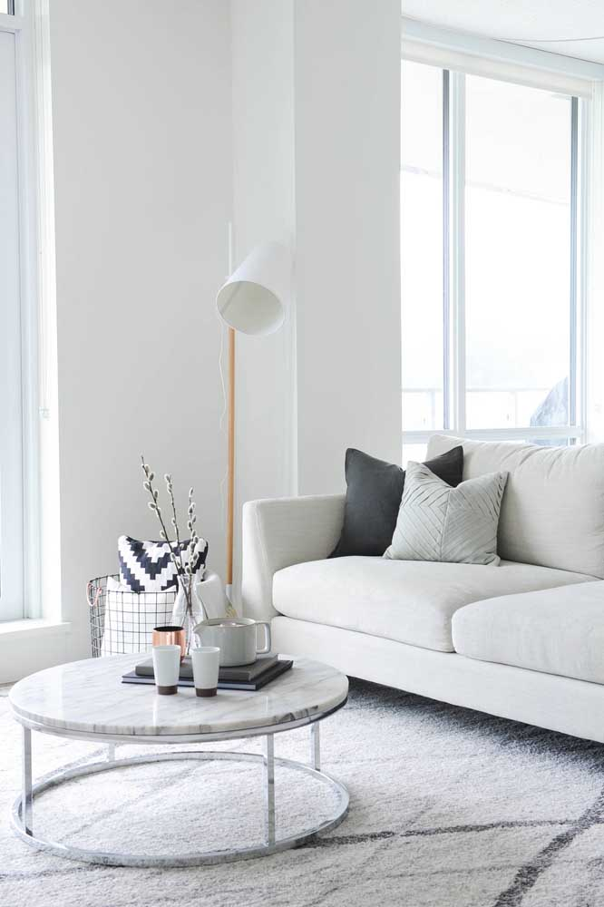 A decoração escandinava da sala de estar apostou em um abajur de chão branco, clean e minimalista