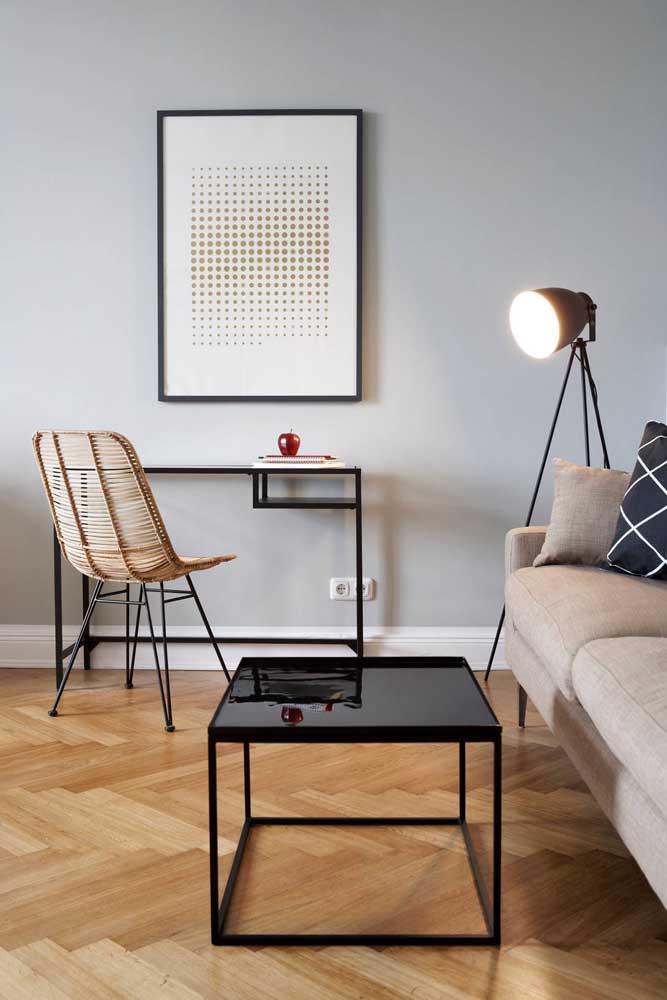 Nessa sala de estar, no entanto, o abajur de chão lembra um holofote