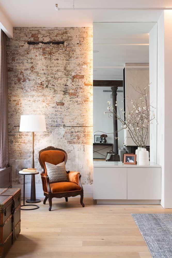 Diante da parede de tijolinhos rústicos, o abajur de chão clássico se destaca