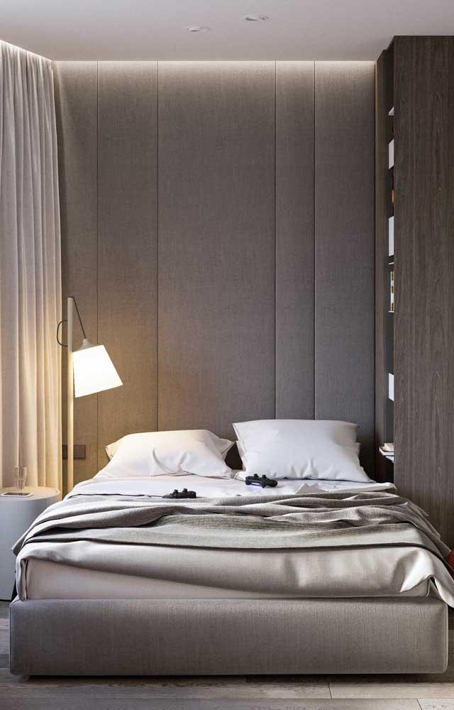 Ao invés de usar abajur sobre o criado mudo, experimente um abajur de chão ao lado da cama