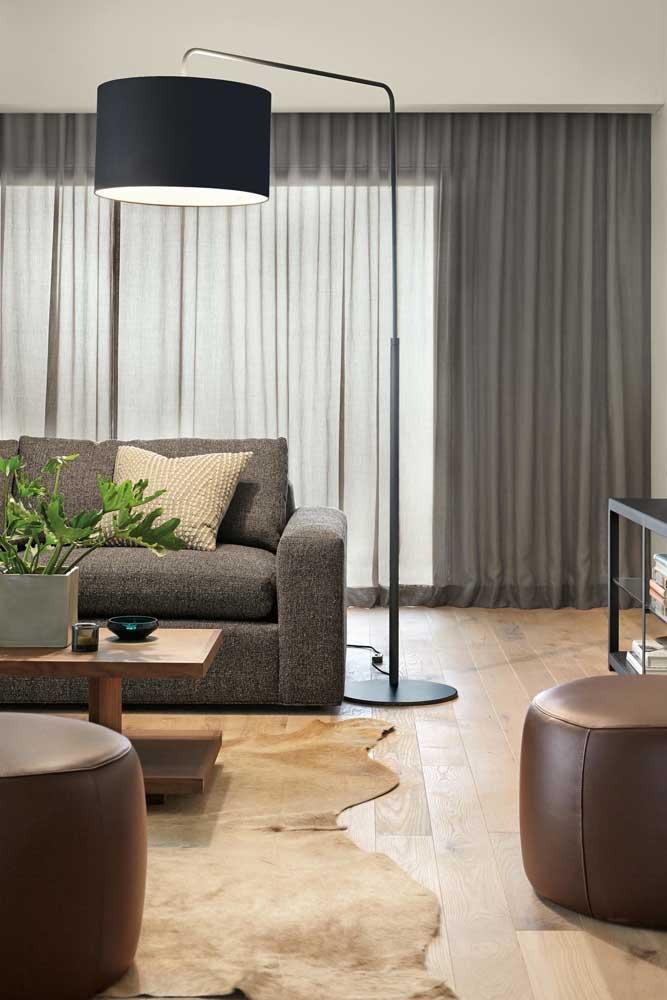 Proporcione o tamanho do seu abajur de chão com o tamanho do seu ambiente, isso quer dizer que espaços grandes comportam peças grandes e vice versa