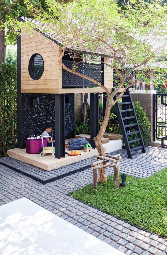 Que lugar especial para as crianças! A casinha de madeira abriga um clubinho na parte de cima e uma área de pura criatividade embaixo; repare que o espaço pode ser usado em dias de sol ou de chuva