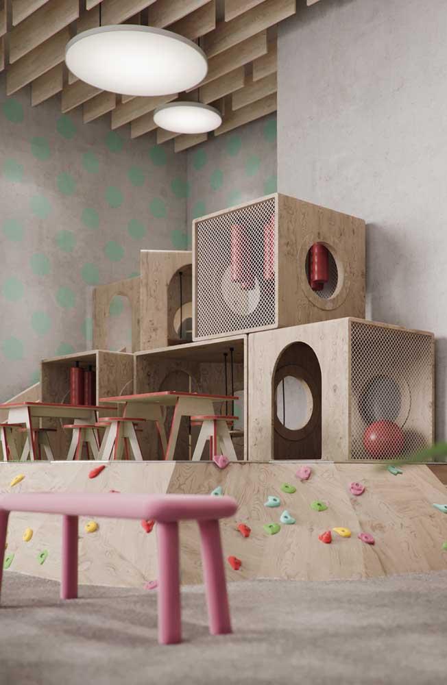 Uma estrutura simples de madeira forma essa casinha do playground interno