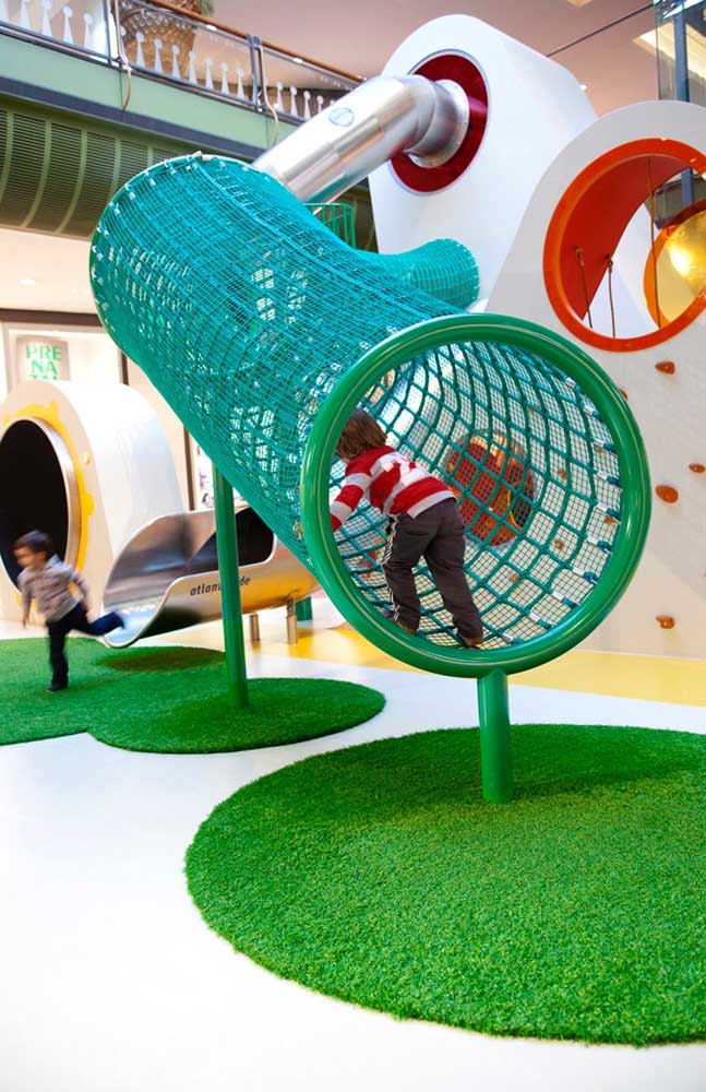 A grama sintética é linda e ainda ajuda a amortecer impactos no playground