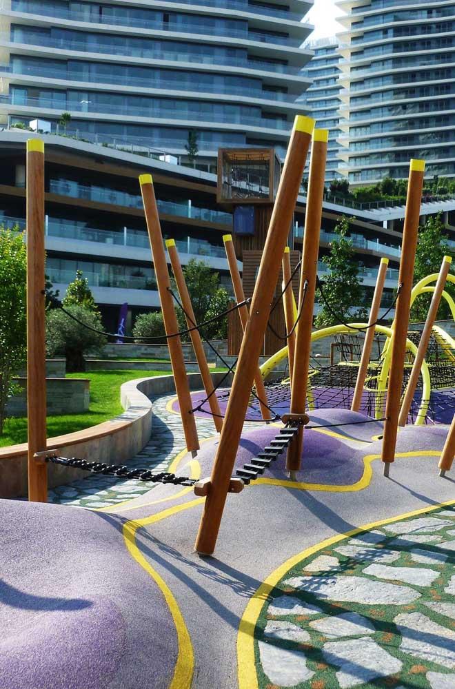 Playground de vigas de madeira; a criatividade é a mãe das brincadeiras por aqui