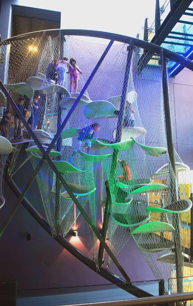 Playground interno com brinquedo que estimula a coordenação dos pequenos