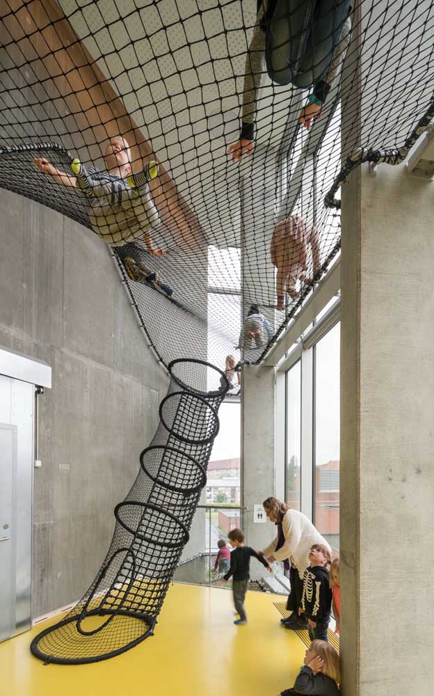 Use tela de nylon reforçada para as crianças explorarem as alturas