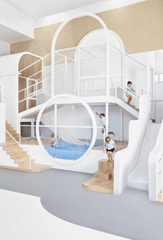 Inspiração de playground interno para áreas grandes; mas repare que o brinquedo único ocupa apenas uma das paredes