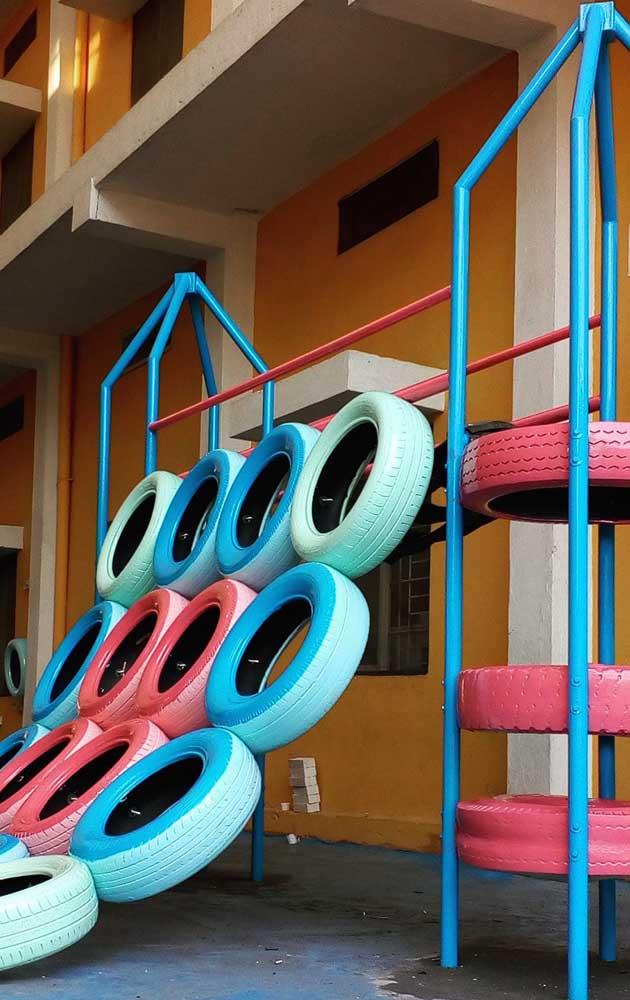 Playground feito com pneus; a dica aqui é usar o material para criar uma parede de escalada