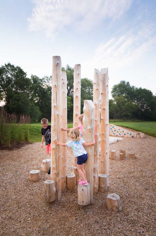 Crianças não precisam de brinquedos super elaborados para se divertir, às vezes, basta um tronco de árvore com alguns pegadores instalados