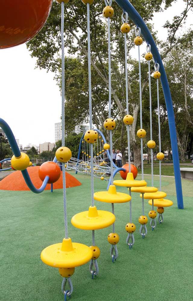 Escala de diferentes alturas para as crianças subirem