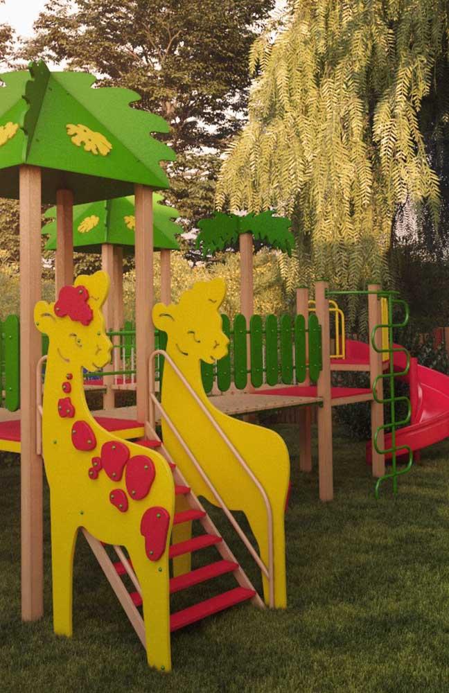 Playground montado ao ar livre e junto da natureza; uma experiência ainda mais rica para as crianças