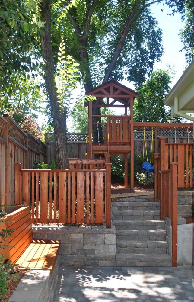 Playground de madeira combinando com a estrutura da casa