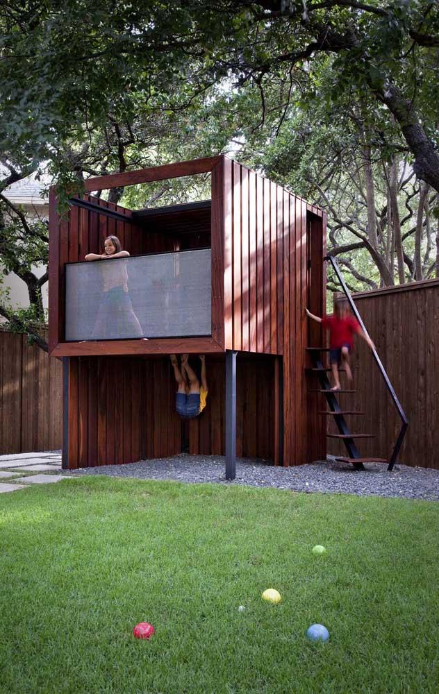 Uma estrutura simples de madeira se tornou o playground ideal por aqui