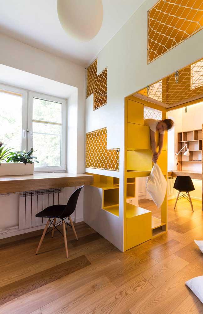 Dentro de casa, o espaço superior do corredor virou playground; a solução perfeita para quem mora em casa pequena