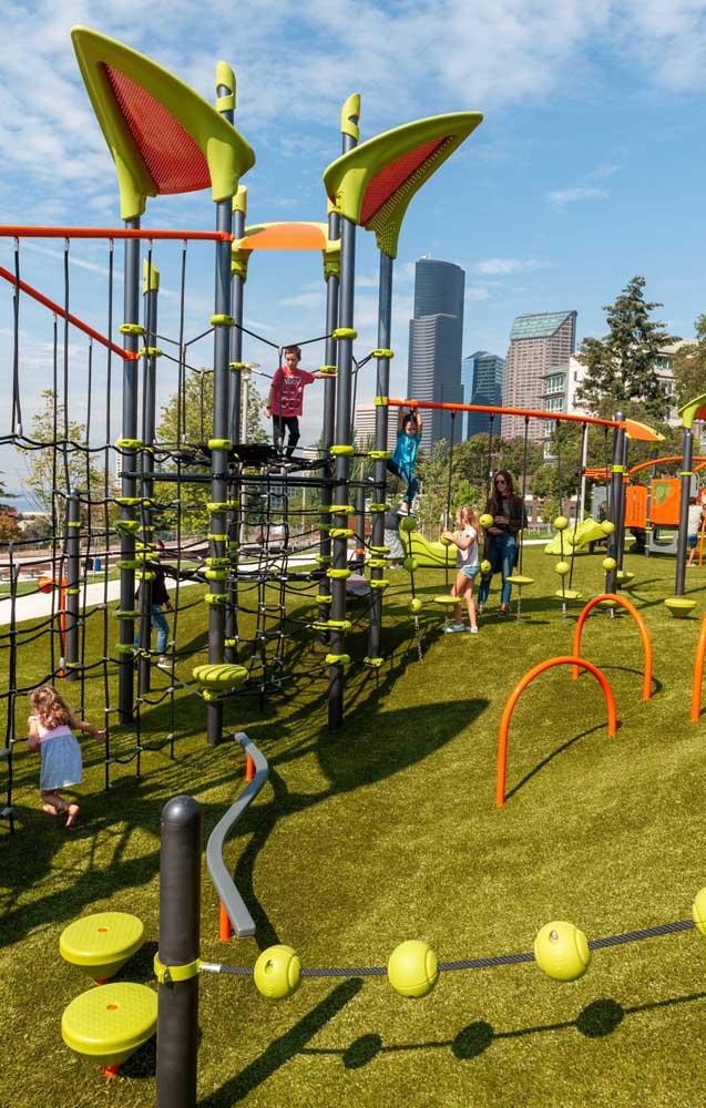 O declive natural do terreno não foi impedimento para o playground, pelo contrário, ele foi usado para regular a altura do brinquedo