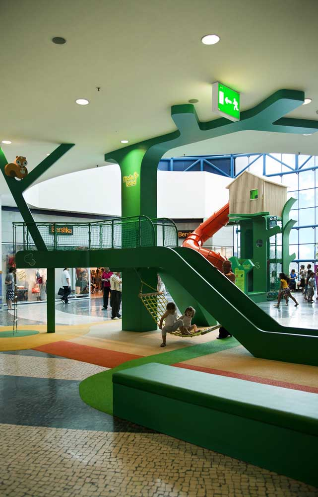 Playground grande montado dentro de um shopping center
