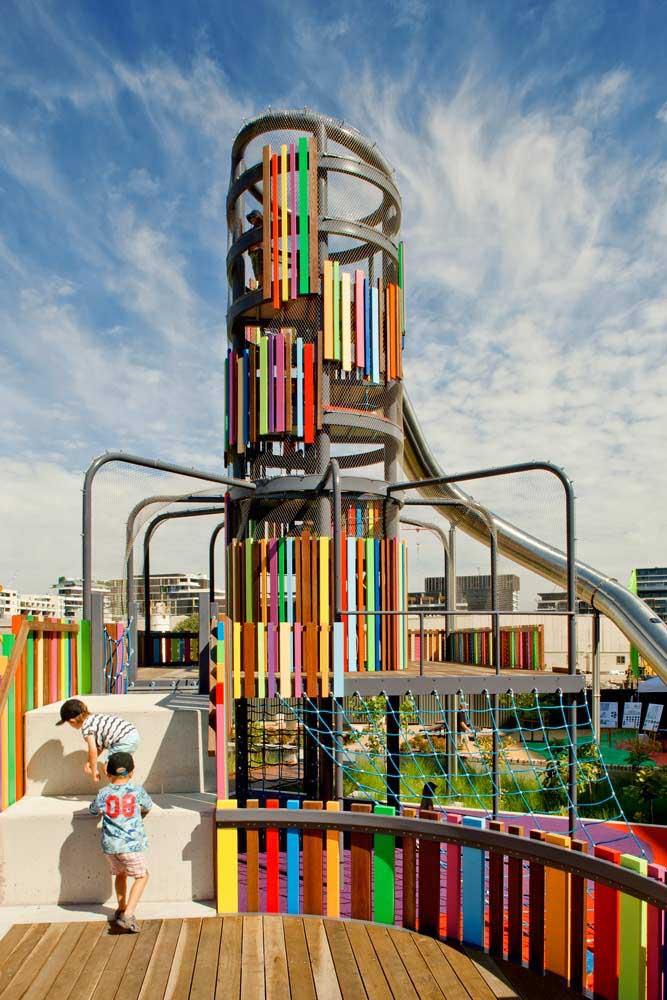 Essa estrutura complexa forma um único brinquedo gigante no playground