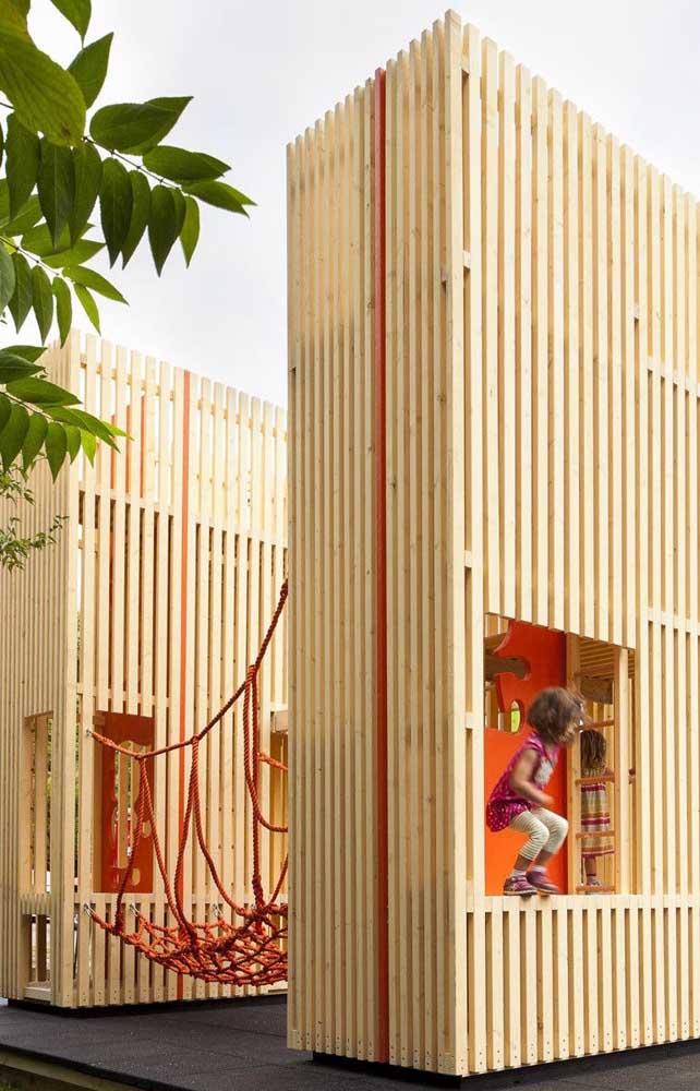 Ponte de corda e casinha de madeira para animar a brincadeira nesse playground