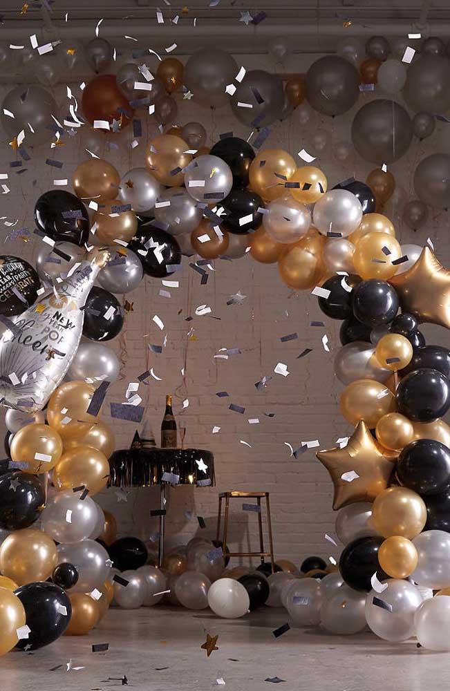 Inspiração de arco de bexiga para o ano novo com três cores de balões metalizados e transparentes