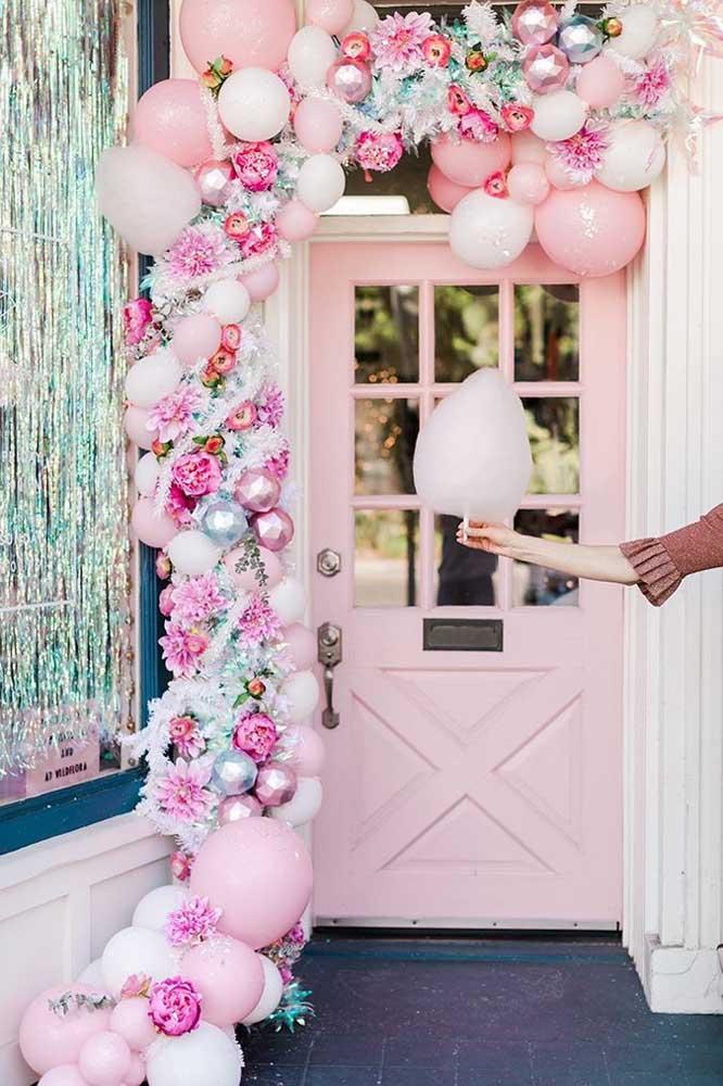 A porta de entrada ficou toda romântica com o arco de bexiga desconstruído e delicado na cor rosa