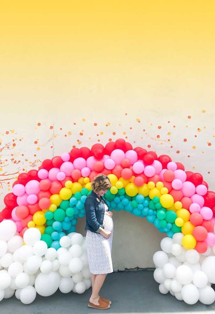 Arco íris de bexigas para parede de fotos da festa