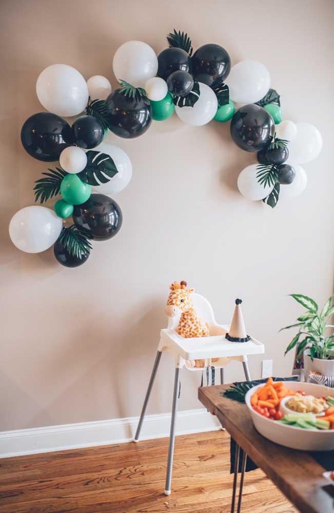 Arco de bexiga simples na parede para festa pequena