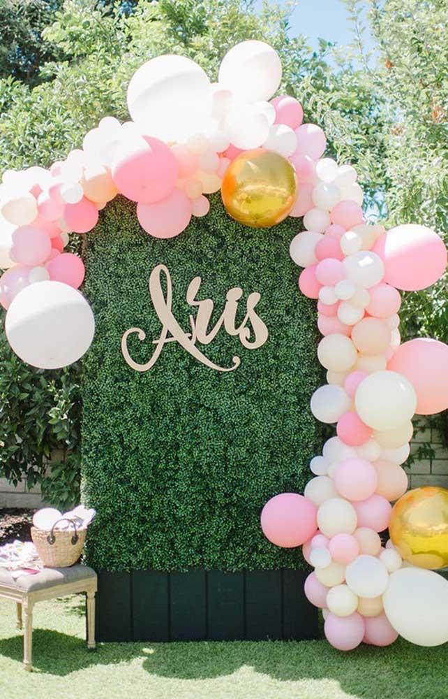 Arco de bexiga desconstruído para o espaço de fotos do casamento