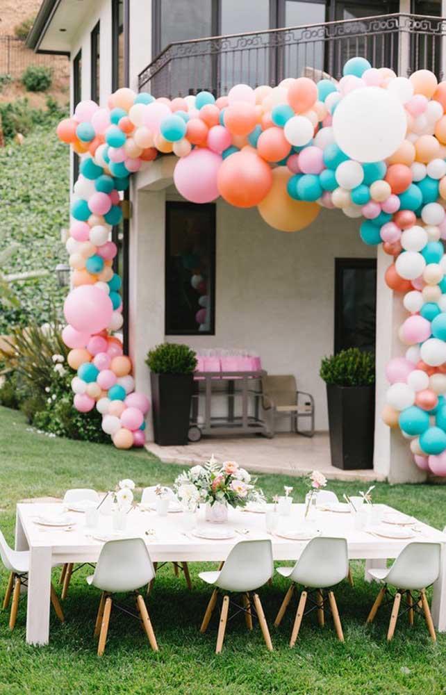 Esse arco de bexiga para a entrada da festa ficou lindo e super volumoso