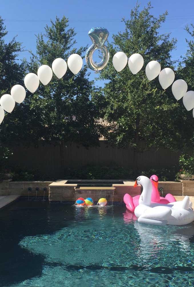 Arco de bexiga simples para festa de noivado com balões flutuantes