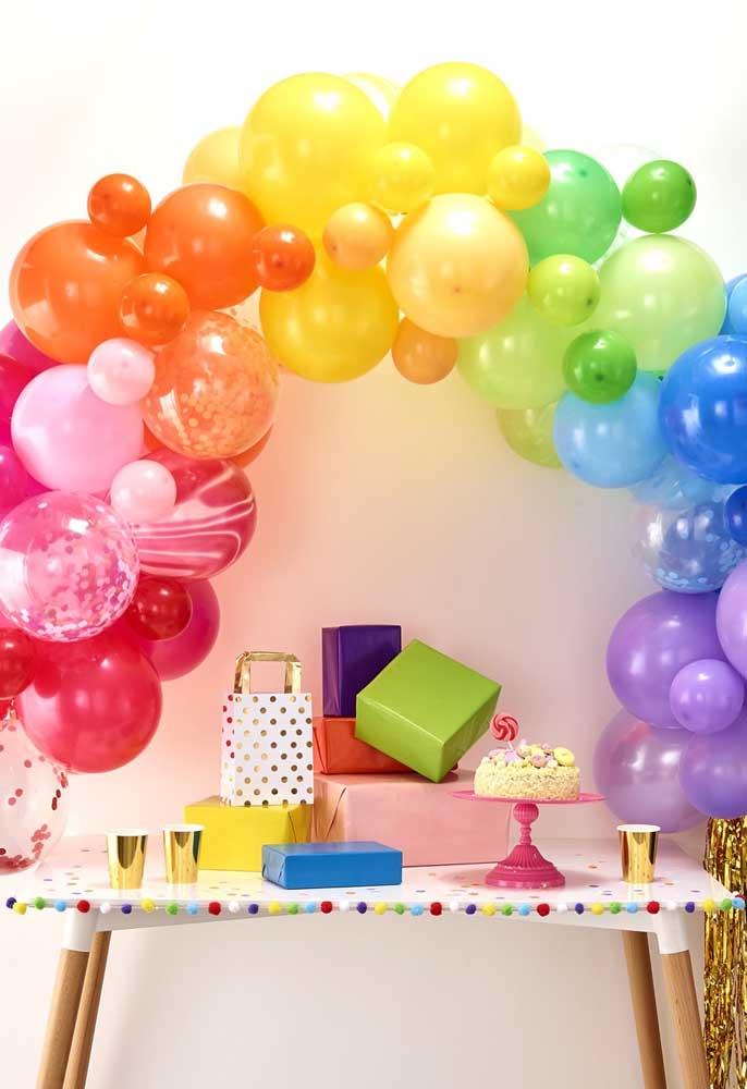 A mesa dos presentes se tornou um dos destaques da festa com o arco de bexigas coloridas