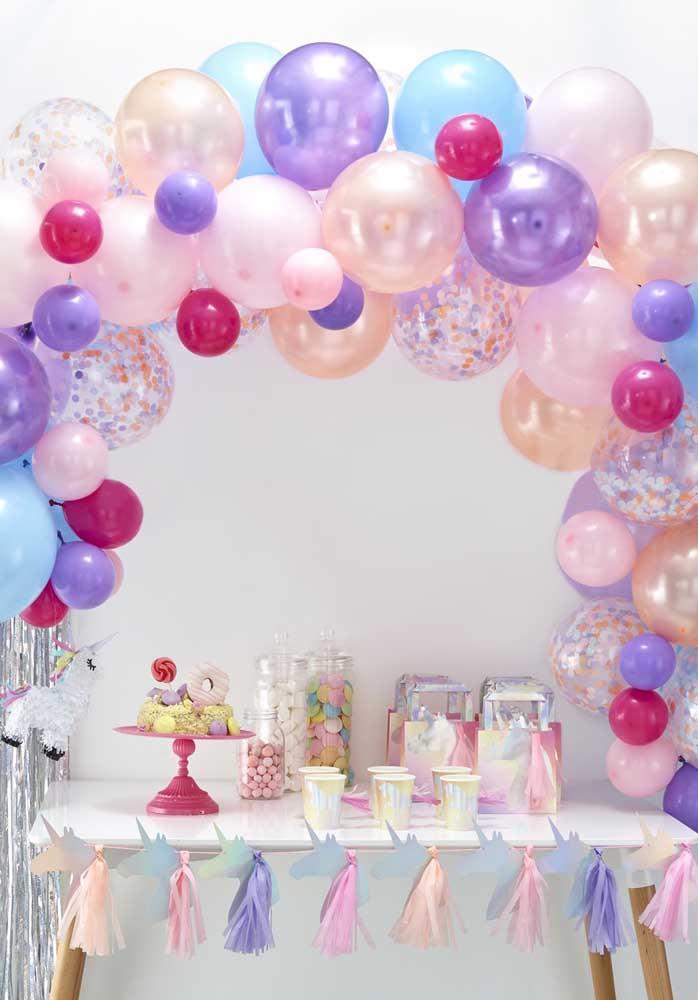 Mesa de doces com balões delicados na cor da festa