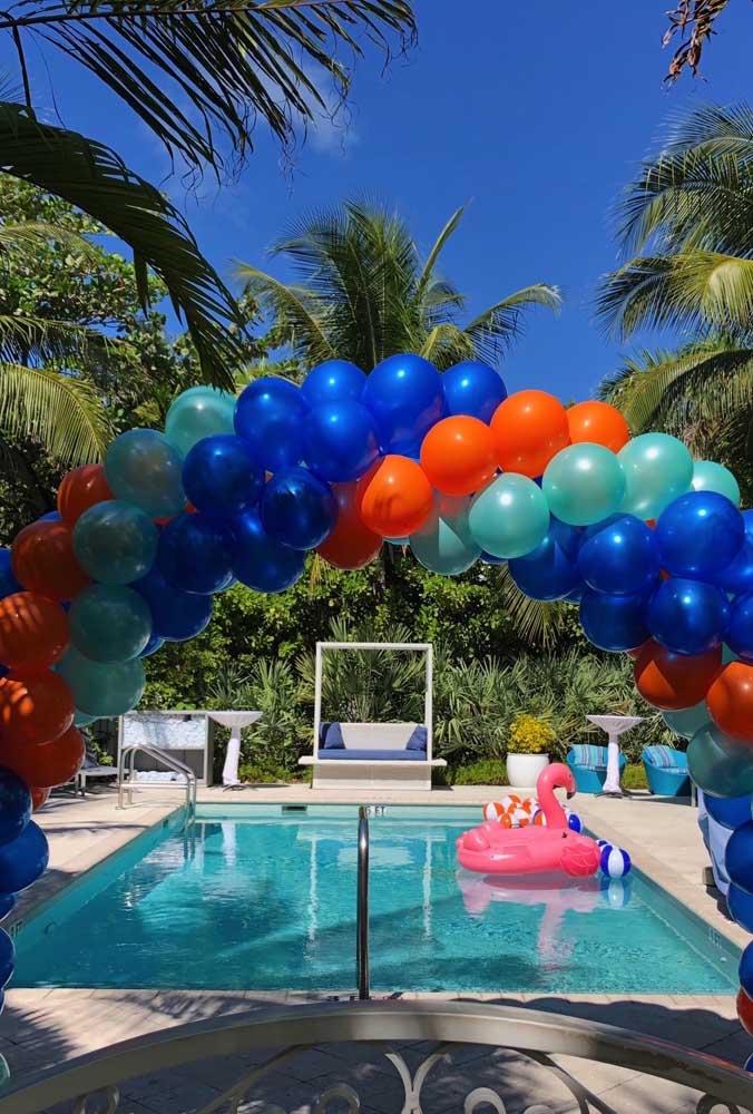O arco de bexiga em três cores ficou lindo sobre a piscina