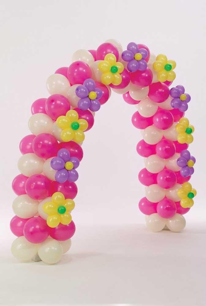 Modelo de arco com pequenas flores feitas com bexigas