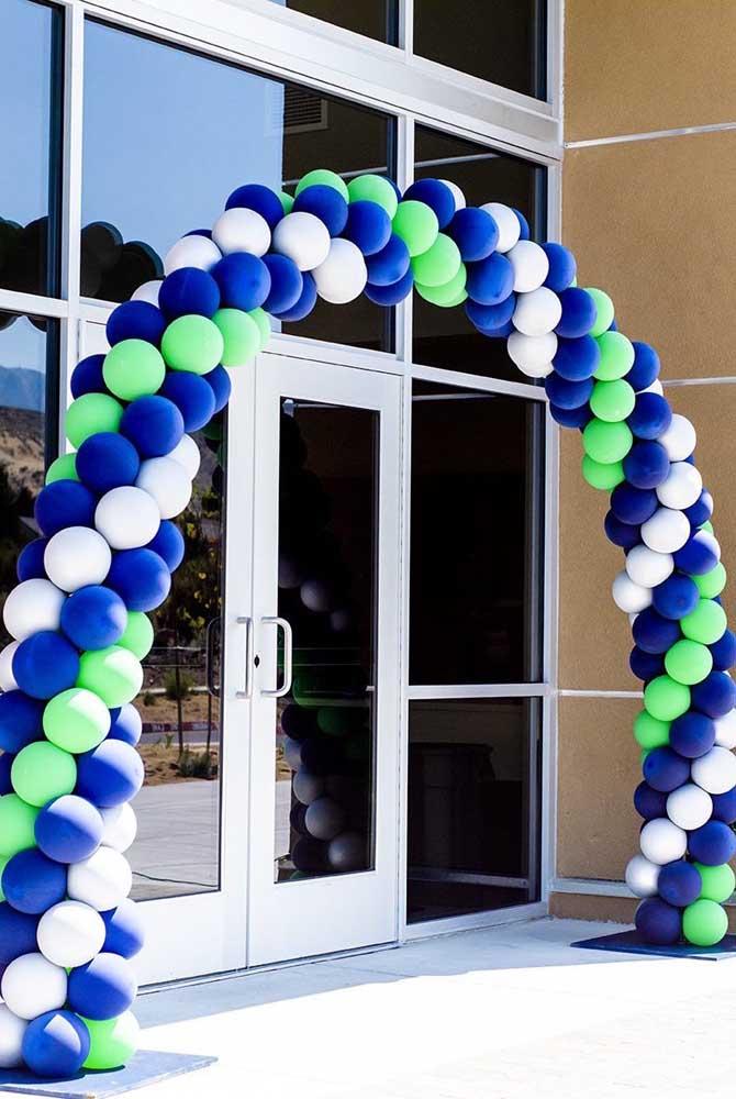 O evento corporativo ganhou um grande arco de bexiga para a entrada com as cores da marca