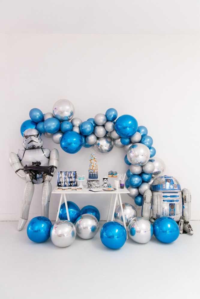 Os balões metalizados combinaram perfeitamente com o tema futurista da decoração da festa