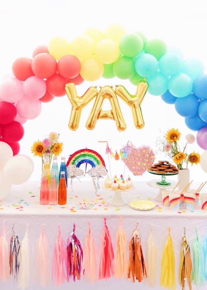 Arco de bexigas coloridas para festa