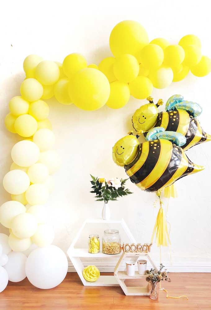 Arco de bexigas pequeno desconstruído para a mesa da festa com tema abelhas