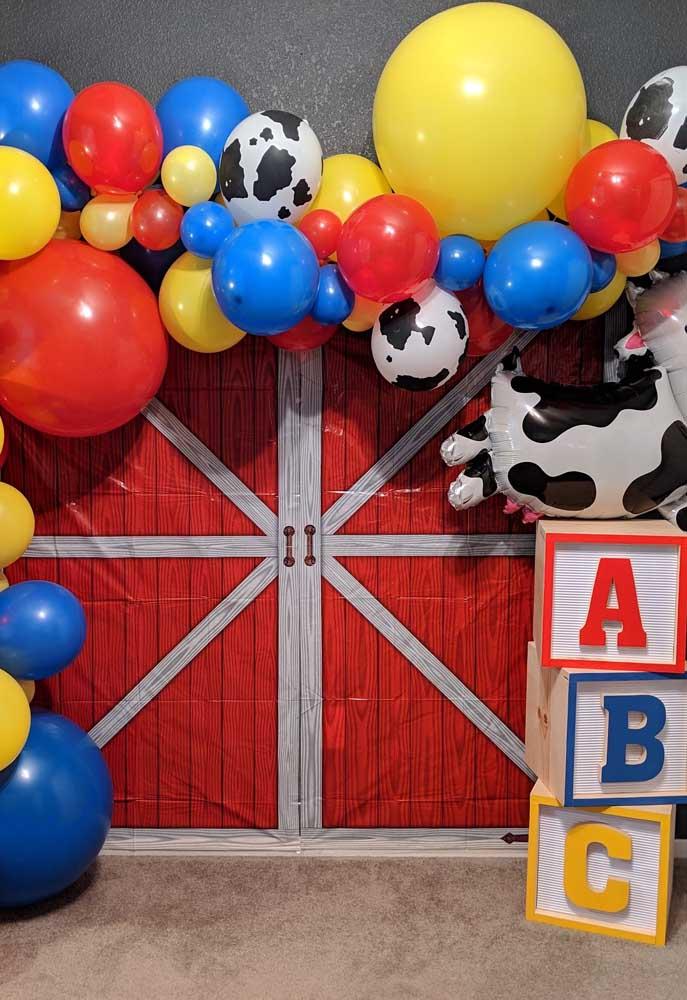 Opção de arco temático com balões coloridos e estampa de animais