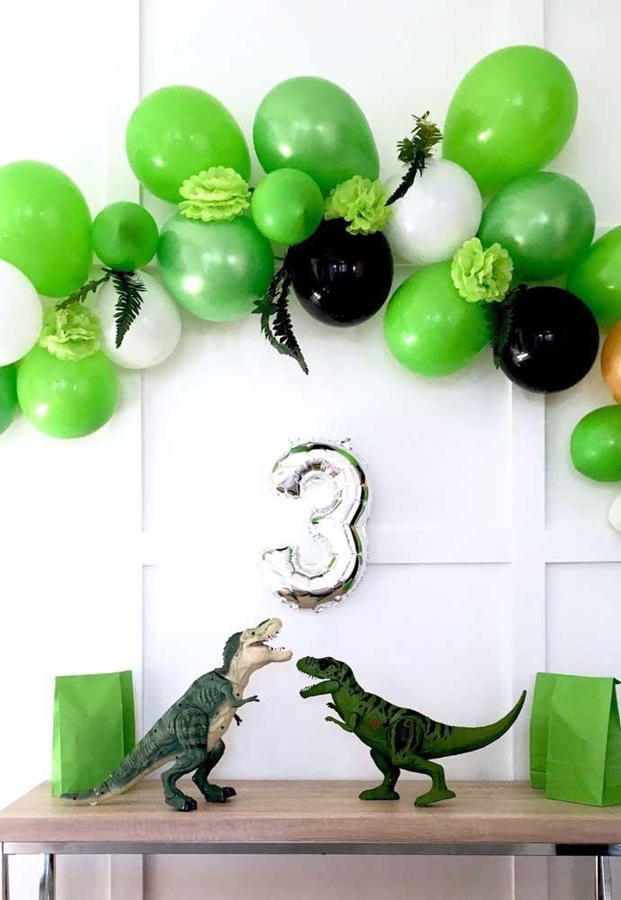 Arco de bexiga para a festa com tema de dinossauros
