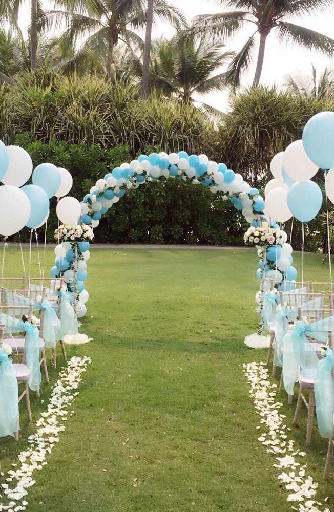 O arco de bexiga para o altar do casamento