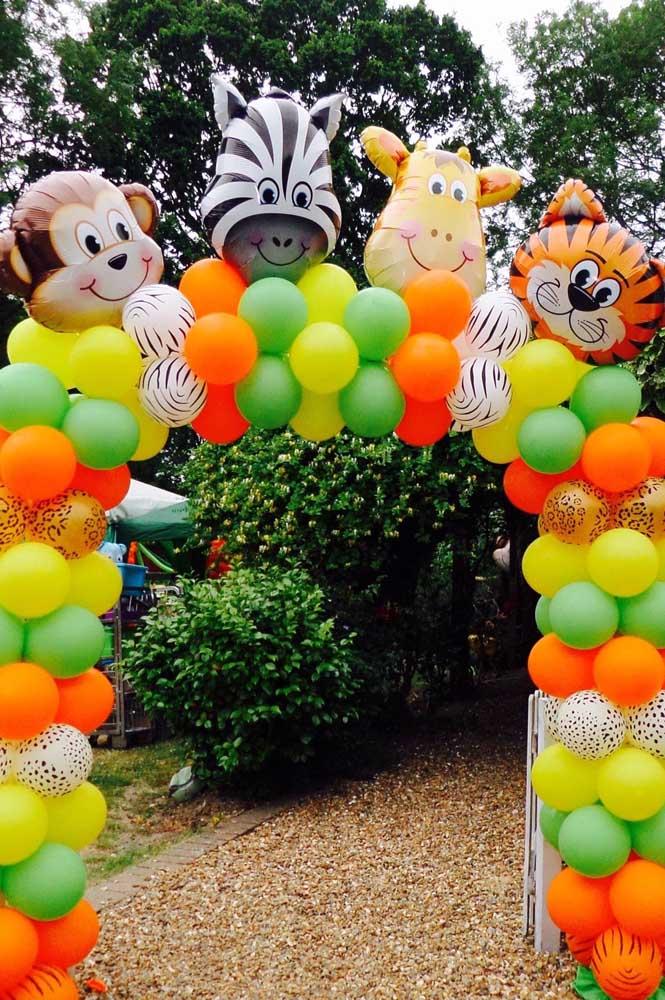 Arco de bexigas coloridas para entrada da festa infantil