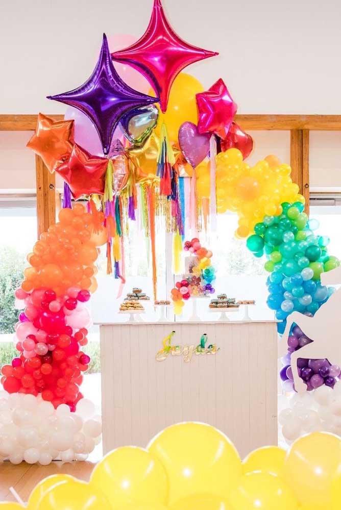 Opção de arco de bexiga nas cores do arco iris construído com balões pequenos e balões metalizados flutuantes