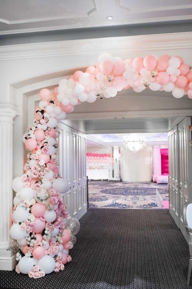 Uma opção de arco de bexiga com flores super delicado, perfeito para festas de casamento