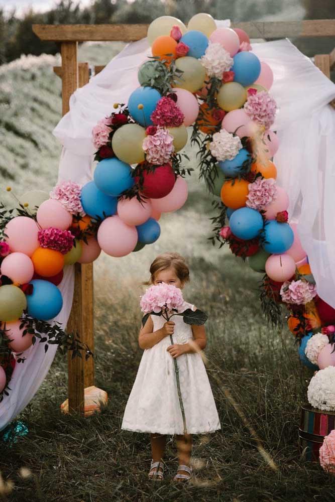 Uma opção de arco colorido e descontruído para as fotos da festa