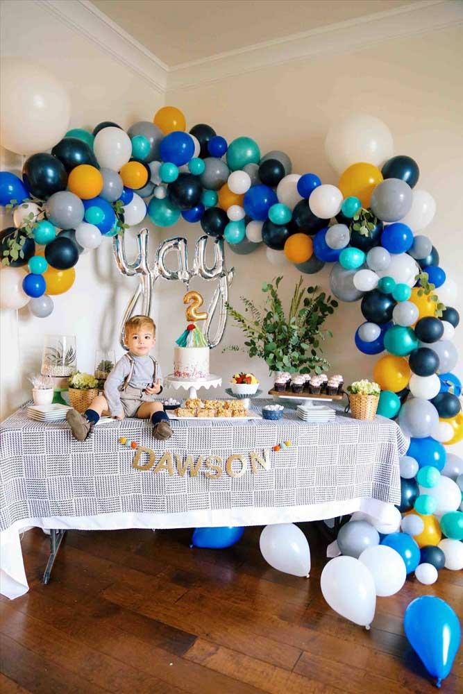 Arco de bexiga para mesa de aniversário infantil; repare que toda a decoração da festa se concentra nesse elemento