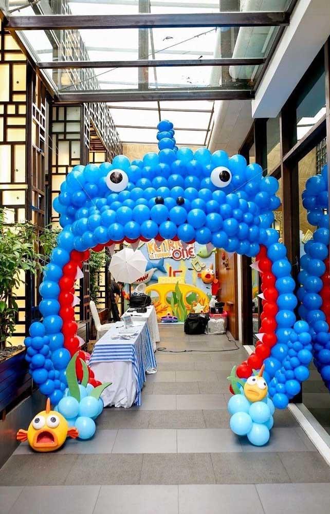 Arco em formato de personagem para a festa infantil