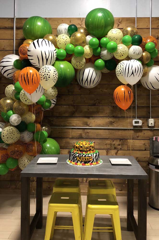 A festa infantil com tema safari contou com arco de bexigas nas cores e estampas da festa