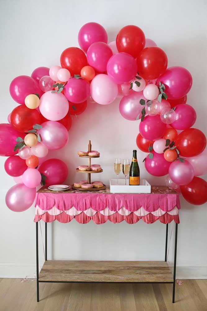 Mesa simples de aniversário decorada com arco pequeno de bexiga